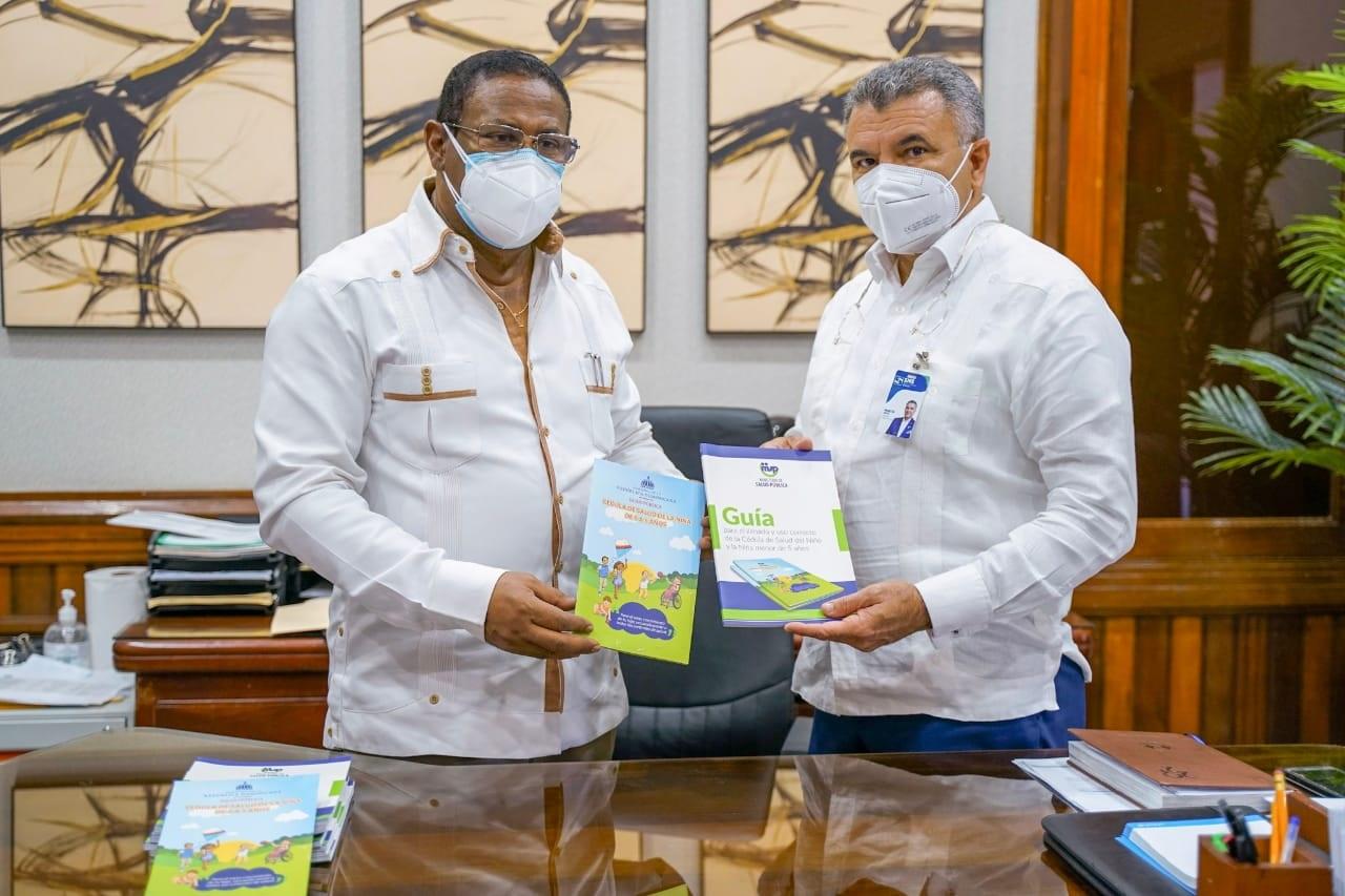 Director SRSM recibe Guía sobre Cédula de Salud del Niño y la Niña menor de 5 años